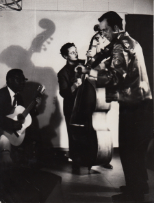 Constant playing violin with Julian Coco on guitar and Pieter van de Staak on bass, 1961