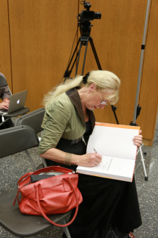 Trudy signs a copy of Constant, de late periode