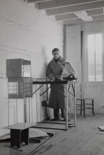 Constant Nieuwenhuys-Stephen Gilbert in his studio, 1953