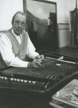 Constant Nieuwenhuys playing his cymbalon at his studio Wittenburg, 1995