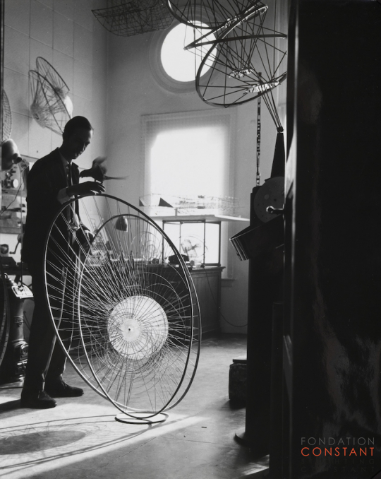 Constant Nieuwenhuys-Constant with parrot at his studio, 1962