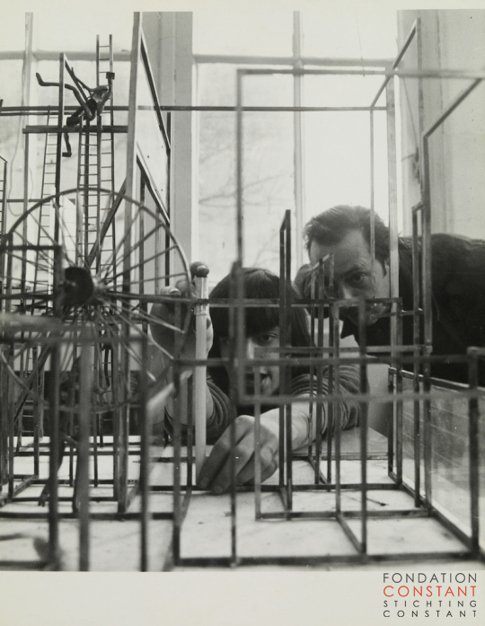 Constant Nieuwenhuys-Victor and Constant with the Ladderlabyrinth, 1966
