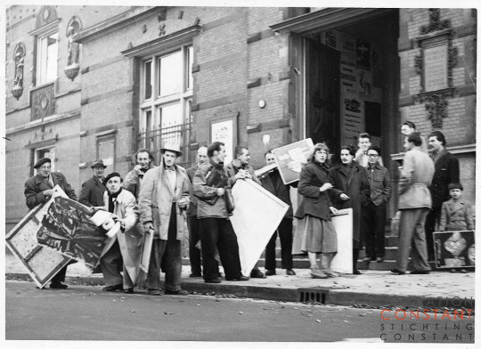 Cobra artists arrive with their work for the Cobra expositie at the museum, 1949