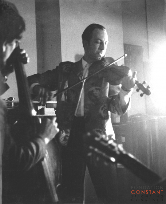 Constant Nieuwenhuys playing violin, 1960