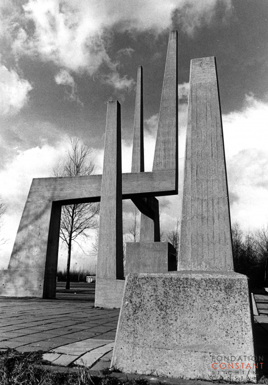 Gate marking the entrance of sportspark Ookmeer by Constant Nieuwenhuys, 1963